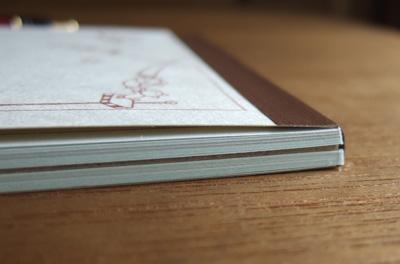 ボール紙を真ん中にして2種類のメモ用紙を分けてあります。