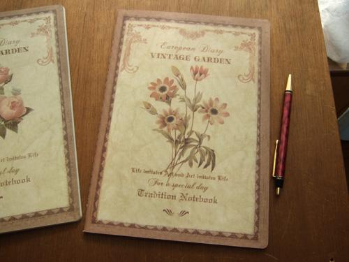 机の上に置いておくだけで絵になる素敵なノートです。