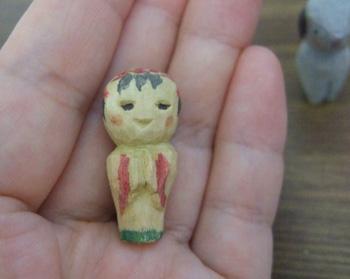 木彫りの小さな小さなこけしちゃん